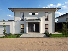 Stadtvilla modern  Eine klassische Stadtvilla mit großem Vordach und einer ...