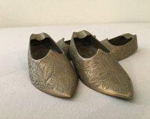 Laiton Vintage Inde chaussure cendriers où sont gravées des fleurs et des feuilles ensemble de quatre