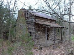 Spectacular Concepts to build your dream log cabin home in the woods or next to a creek. A must-have to escape from our fast pace life. Abandoned Farm Houses, Old Farm Houses, Abandoned Mansions, Old Buildings, Abandoned Buildings, Abandoned Places, Small Log Cabin, Log Cabin Homes, Old Cabins