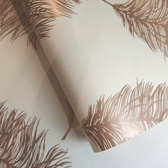 The beautiful Fawning Feather wallpaper features metallic elements that will perfect catch and refle. The beautiful Fawning Feather wallpaper features metallic elements that will perfect catch and reflect light! Gold Effect Wallpaper, Feather Wallpaper, Copper Wallpaper, Rose Gold Wallpaper, Cream Wallpaper, Embossed Wallpaper, Glitter Wallpaper, Wallpaper Decor, Animal Wallpaper