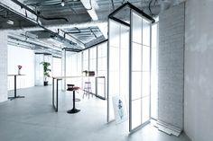 白窓を移動させて爽やかなシーンを撮影することも可能です。 Track Lighting, Ceiling Lights, Studio, Space, Home Decor, Floor Space, Decoration Home, Room Decor, Studios