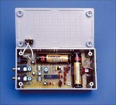 This simple circuit is based on FM Transmitter, works with two AA batteries and can drive a dipole antenna for improved range. Electronic News, Electronic Engineering, Electronic Circuit, Diy Electronics, Electronics Projects, Science Projects, Projects To Try, Battery Charger Circuit, Hobby Desk