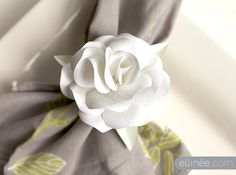 DIY Paper Rose Napkin Rings - free printable template & instructions from Elinee Faux Flowers, Diy Flowers, Fabric Flowers, Paper Gifts, Diy Paper, Paper Art, Free Paper, Diy Fleur, Do It Yourself Wedding