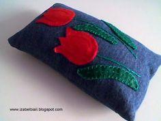Izabel Biali: Peso de Porta com aplicação de Flores em Feltro Designer Pillow, Pillow Covers, Coin Purse, Quilts, Pillows, Crochet, Cd Diy, Diy And Crafts, Fun Diy Crafts