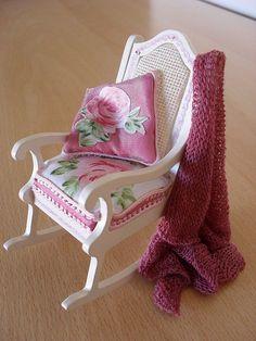 Casa de muñecas miniatura shabby chic silla mecedora por JoMed