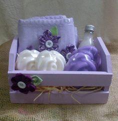 Kit para banho com os itens:sabonete liquido 60 ml+ toalha de lavabo com flores de fuxico+ 4 sabonetes artesanais.Vai nnuma embalagem em MDF com aplicação de fuxico.