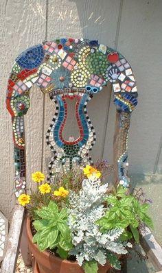 Love this fun mosaic chair Planter Mosaic Crafts, Mosaic Projects, Mosaic Art, Mosaic Glass, Mosaic Tiles, Glass Art, Mosaics, Stained Glass, Tiling