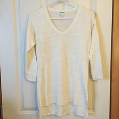 """Old Navy tunic sweater Light weight knit white sweater. V neck, dolman style with 3/4 sleeves. Slightly longer in the back. Center back measures 28"""". Great layering piece. EUC. • No trades. No PayPal. • SHIPS SAME OR NEXT DAY! Old Navy Sweaters V-Necks"""
