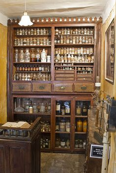 Mueble tipo botica rústico visible Apothecary Decor, Apothecary Cabinet, Bar Medieval, Deco Cafe, Witch House, Old Bottles, Kitchen Witch, Pharmacy, My House