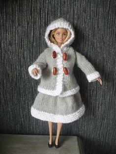 Barbie Knitting Patterns, Doll Patterns, Barbie Dress, I Dress, Habit Barbie, Crochet Baby, Knit Crochet, Diy Barbie Clothes, Hooded Cardigan