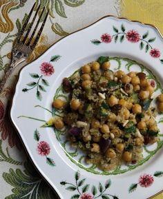 Mi piace preparare questa insalata come piatto unico da mangiare a pranzo – è facile anche da portare in ufficio, puoi servirla sia calda che fredda. Se prepari i ceci un giorno prima è molto più facile da assemblare.: