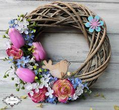 Jarní+věneček+s+ptáčkem+Proutěný+věneček+je+dozdoben+umělými+tulipány,+látkovými+květy+a+dřevěným+ptáčkem.+průměr:+25cm