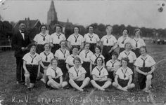 1928. Groepsportret van enkele dames van de gymnastiekvereniging Kracht & Vlugheid met hun trainer op, vermoedelijk, het sportterrein aan de Amsterdamsestraatweg te Zuilen ten noorden van het Julianapark.