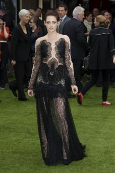 Look of the Day › May 2012 WHAT SHE WORE Stewart made the scene at the London premiere of Snow White and the Huntsman in Marchesa's embroidered illusion gown, stacked Kara Ackerman Designs rings and black Jimmy Choo pumps. Kristen Stewart Movies, Snow Dress, Kirsten Stewart, Casual Look, Red Carpet Looks, Red Carpet Fashion, Marchesa, Star Fashion, Women's Fashion