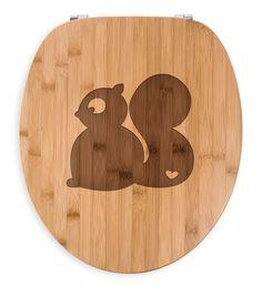 WC Sitz Eichhörnchen aus Bambus  Coffee - Das Original von Mr. & Mrs. Panda.  Ein wunderschöner WC Sitz aus naturbelassenem Bambus Coffee mit unsere speziellen und liebvollen Mr. & Mrs. Panda Gravur    Über unser Motiv Eichhörnchen  Wer liebt nicht die flinken Eichhörnchen, die man so oft beim fleißigen Eicheln sammeln und klettern beobachten kann?! Wer ein Eichhorn auch zuhause haben will, kann sich dieses süße Eichhörnchen als Accessoir holen...     Verwendete Materialien  Bambus Coffee…