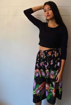 Pantalón negro con flores.