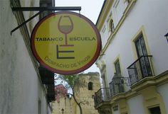 El auge de los tabancos continúa en Jerez. En las últimas semanas se han abierto tres nuevos establecimientos en el casco antiguo de la ciudad: El Telescopio, Escuela y el tabanco de César. Ofrecen vinos a granel y buenos quesos, chacinas y conservas de Barbate para acompañar. Te invitamos a recorerlos todos. http://www.cosasdecome.es/tag/tabancos-en-jerez/
