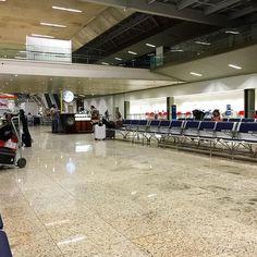 Interior do terminal 1 do Aeroporto Internacional de Belo Horizonte na noite desta terça feira. #cnf #cnfaovivo #cnfspottingteam #bh #bhz #bhairport #bhairportcargo