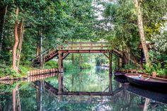 Märchenhaft schlängeln sich die Wasserstraßen durch die romantische Landschaft im Spreewald. Holzbrücken überspannen die Kanäle. Eine herrliche Stille...