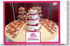 4-laags bruidstaart in wit met diamant patroon en suikerparels en gedecoreerd met roosjes en sierbloemetjes. 100 bijpassende bruids cupcakes.