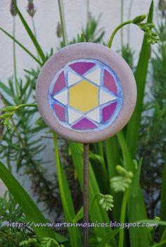 Mosaicos, trencadis, decoración jardín, stakes garden art. http:www.artenmosaicos.blogspot.com