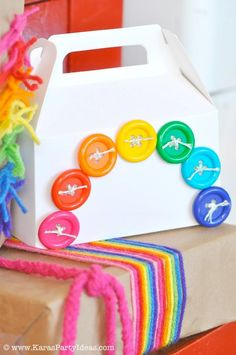 Una cajita muy divertida para los regalos de una fiesta arcoiris! / A fun party favour box for a rainbow party!