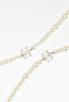 Sautoir, métal & perles de verre-doré & blanc nacré - CHANEL RTW pré-collection SS 2017 #Chanel #precollection2017 #SS17 | Visit espritdegabrielle.com - L'héritage de Coco Chanel #espritdegabrielle