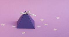 La boîte pyramide à garnir  Cette petite pyramidepeut contenir un petit objet, un billet ou put également servir en guise de cadeau d'assiette à condition de le remplir de petites gourmandises.