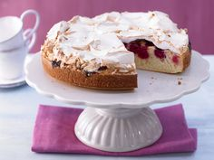 Mit Baiser sieht so eine Torte doch noch viel besser aus! Kirsch-Baiser-Torte - mit Buttermilch - smarter - Kalorien: 210 Kcal - Zeit: 40 Min. | eatsmarter.de