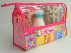 * Necessaire Triangular G - Visor Plastico  08 larg. x 15 alt. x 24 comp.    Linda, prática e higiênica ! ! ! !  Confeccionada com o maior carinho ...  Por fora e por dentro tecido estampado 100 % algodão.  Por dentro forrada com plastico e tem uma divisória.  Estruturada com manta acrílica e fec... Tulle Hair Bows, Diy Christmas Presents, Art Bag, Clear Bags, Couture Sewing, Linen Bag, Easy Sewing Projects, Bag Organization, Zipper Bags