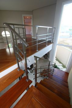 Exploramos a plástica da escada para integrar o mezanino com a sala.