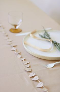 Give your dinner table that minimalist romantic look, by stringing a table garland. the 57 leaves are pre-cut. Table Garland, Table Decorations, Dinner Table, A Table, Paper Leaves, Romantic Look, Colored Paper, Shabby, My Design
