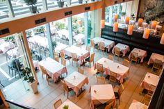 Φάτε σαν άρχοντες! Αυτά είναι τα 10 κορυφαία εστιατόρια της Αθήνας σύμφωνα με το Tripadvisor! (Photos) - Travel Style - Το καλύτερο ταξιδιωτικό portal Athens, Trip Advisor, Conference Room, Table, Greece, Furniture, City, Summer, Home Decor