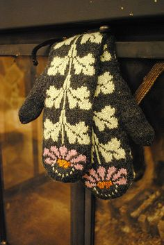 Ravelry: Project Gallery for Katie's Mittens pattern by Kristin Lamm Mittens Pattern, Knit Mittens, Knitted Gloves, Knitting Socks, Hand Knitting, Knitting Patterns, Crochet Patterns, Knitting Projects, Crochet Projects
