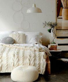 Каждый обустраивает свое жилище по своему вкусу, мироощущению, привносит и расставляет вещи так, чтобы добиться максимального душевного и физического комфорта. Домашний текстиль — завершающий штрих и вязанные пледы, подушки могут помочь расставить правильные акценты и послужат функционально.