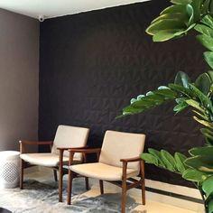 Lindo projeto da arquiteta Giselle Alencar @gi_w_alencar utilizando Revestimento Solis da Maski na cor Carvão #Suvinil #revestimento #tile #covering #maski #concrete #handmade #3dsurface #decoração #interiores #design #decor #instadesign #instadecor #decor #design3d #parede #hall