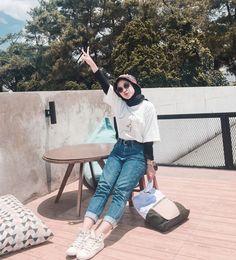 White Kitchens With Dark Floors: Ideas and Inspira Hijab Casual, Ootd Hijab, Modest Fashion Hijab, Modern Hijab Fashion, Muslim Fashion, Fashion Outfits, High Street Fashion, Street Hijab Fashion, Hijab Mode Inspiration