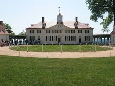 Front view of George Washington's estate in Mount Vernon.