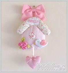 Enfeite de Maternidade charmoso e delicado! Todo confeccionado em tecido 100% algodão. Apliques de tecido e feltro. Nominho bordado à mão. Dimensões aproximadas: 40 cm: