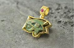 Ojo de Horus. Amuleto egipcio antiguo certificado (año 600-500 a.C.) montado en oro con rubí.// Ancient Eye of Horus, certified 600-500 B.C. Handcrafted gold mount with ruby by Fernando Gallego, goldsmith.