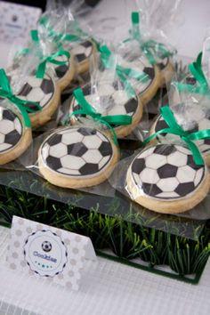Para as crianças e as mamães: festa infantil no tema Copa do Mundo. Olha que lindas as lembrancinhas de bola! Mais fotos em: http://mamaepratica.com.br/2014/06/06/mamae-em-festa-copa-do-mundo/ Foto: divulgação