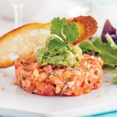 Spicy salmon tartare and guacamole - Caty& recipes - Want to celebrate the arrival of the weekend in bistro mode? Rather than fall back on a burger-frie - Seafood Appetizers, Seafood Recipes, Fish Recipes, Appetizer Recipes, Cooking Recipes, Healthy Recipes, Ceviche, Tartare Recipe, Salmon Tartare