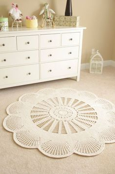 …Handy Crafter…: Emily Mega Doily Rug is Here… and Gone Again … Praktischer Crafter … Emily Mega-Deckendeppich Today's 'crochet in the home' pic showcases this amazing. (Mingky Tinky Tiger + the Biddle Diddle Dee) Doily Rug - Beautiful add Crochet Doily Rug, Crochet Carpet, Love Crochet, Crochet Stitches, Knit Crochet, Crochet Patterns, Crochet Flower, Beautiful Crochet, Flower Patterns
