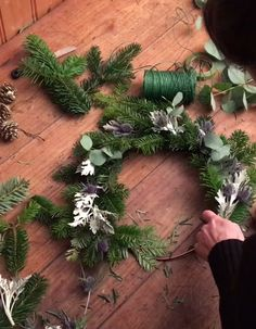 DIY: make a chic and trendy Christmas wreath Elle Décoration Pop Up Christmas Cards, Outside Christmas Decorations, Christmas Tree Ornaments, Christmas Wreaths, Holiday Decor, Handmade Christmas Crafts, Christmas Origami, Etsy Christmas, Diy Couronne Noel