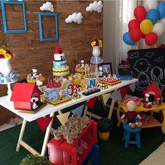 Festa Snoopy muito fofa! Adorei o quadrinho chalkboard no fundo. Por @salies_gifts, #regram @feornelas #kikidsparty