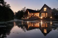 Cette maison sur son promontoire en bord d'eau a remplacé un vieux bungalow vétuste et sans intérêt. Les architectes de Platform 5 signent une habitation c