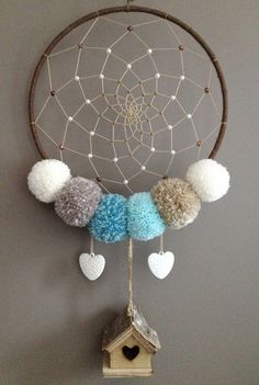 Attrape rêves avec pompons et coeurs : Décoration pour enfants par cap-creativ Los Dreamcatchers, Advent House, Dream Catcher Tutorial, Reuse Plastic Bottles, Dream Catcher Craft, Creation Deco, Diy Projects For Kids, Mobiles, Crochet Home