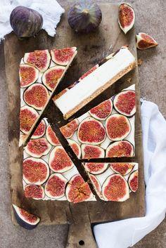 White chocolate cheesecake with figs Cheesecake de chocolate blanco con higos Köstliche Desserts, Delicious Desserts, Dessert Recipes, Yummy Food, Strawberry Desserts, Plated Desserts, Think Food, Love Food, White Chocolate Cheesecake