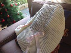 LA CANASTILLA DE CHARO: TUTORIAL TOQUILLA TRIANGULAR SARA Knitting Stiches, Baby Knitting, Julia Sanchez, Crochet Motif, Wicker, Throw Pillows, Blanket, Knit Shawls, Knitting Patterns