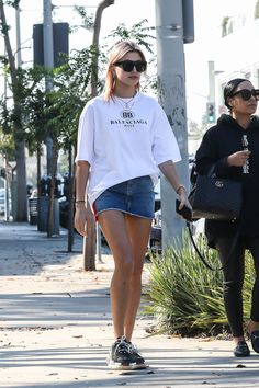 Hailey Baldwin tries on Balenciaga sneakers for size. Estilo Hailey Baldwin, Hailey Baldwin Style, Celebrity Style Casual, Celebrity Outfits, Streetwear, Sneaker Outfits Women, Fendi, Sneakers Looks, Charles James